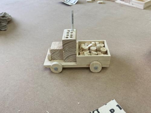 Ein fertiggestellter Holz-LKW