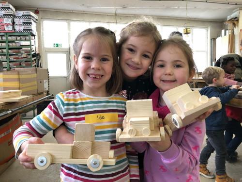Voller Stolz präsentieren die Kleinen ihre Kunstwerke