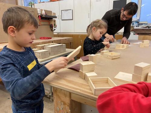 Die Kids werkeln hochkonzentriert