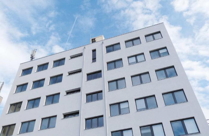 Mehrfamilienhaus mit Add-On-Fenstern von JOLEKA
