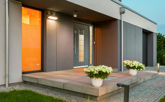 Moderne Haustür mit Sicherheitsfeatures