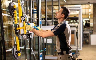 Neue Hebeanlage entlastet Produktionsmitarbeiter