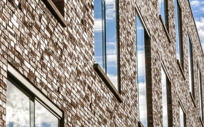 Fassade mit Klinker? 7 Fakten zum Einbau von Fenstern & Haustüren