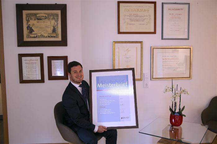 Urenkel Niklas Leuschen mit seinem Meisterbrief