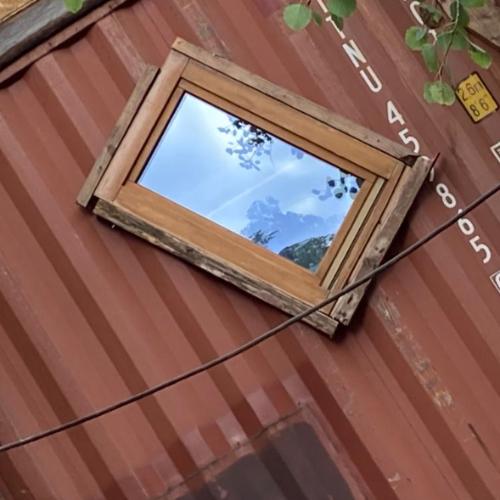 Fenster im Recycling Dorf BENU