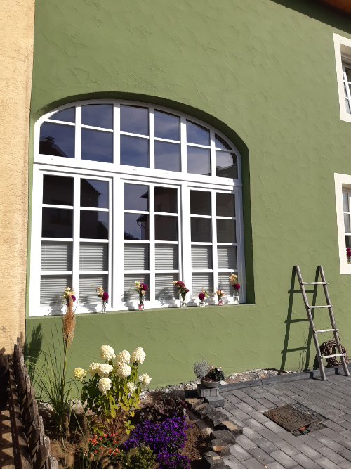 Umbau alte Scheune Pelm mit Bogenfenster