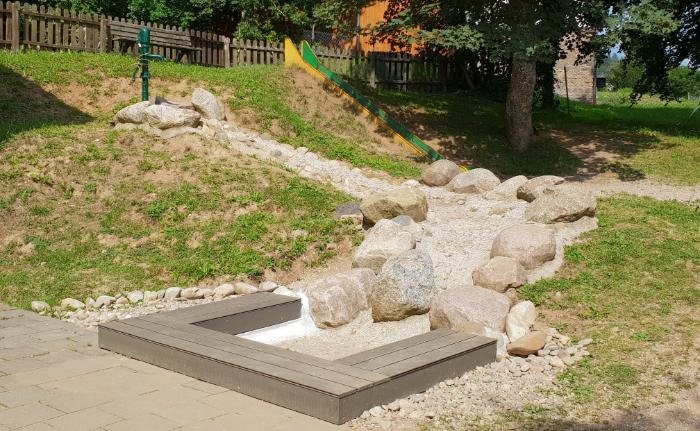 Kita Unter den Dolomiten freut sich über neuen Wasserspielplatz